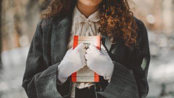 immagine lettrice che stringe un libro